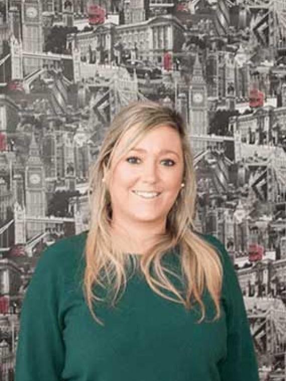Jade Kelly Jefa de estudios y profesora especialista en niños pequeños y exámenes Cambridge.