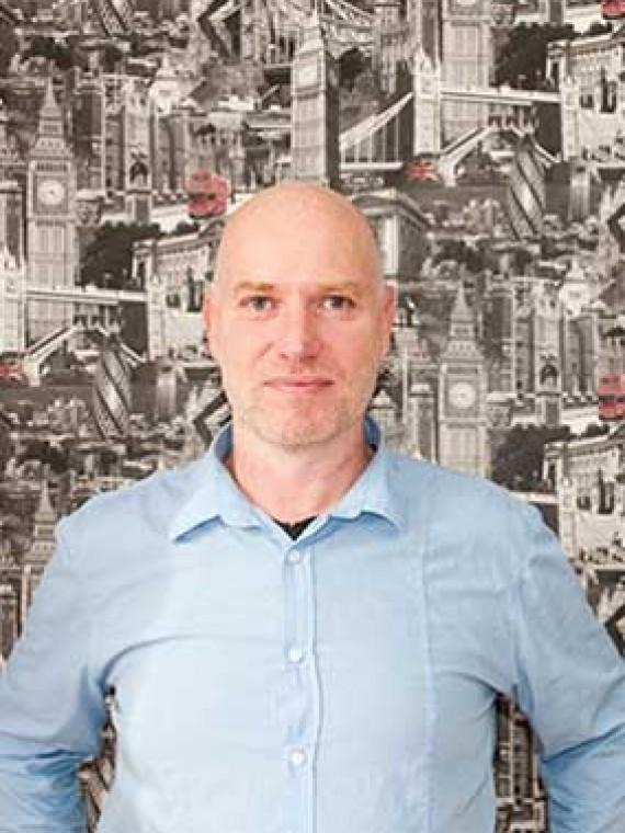 Johnny Brennan Profesor, especialista en exámenes oficiales